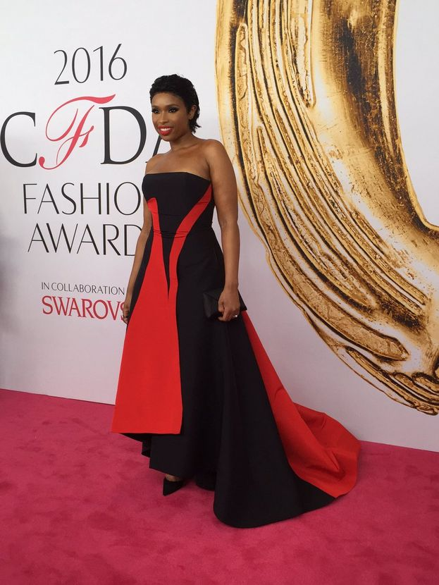 Singer and entertainer Jennifer Hudson was a dream girl in Prabal Gurung black and red strapless gown. We absolutely love the pop of red on her lips.