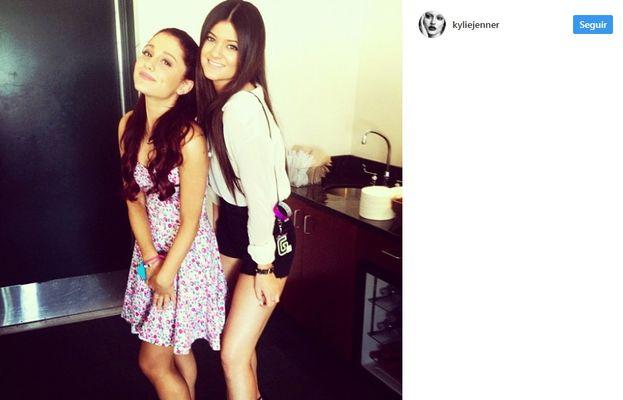 4. Así, saliendo a dar una vueltecilla con Ariana Grande.