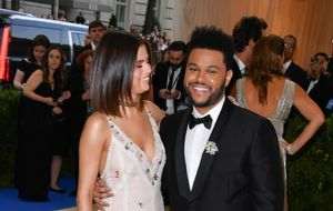 Selena Gomez nos da los detalles de su romance con The Weeknd
