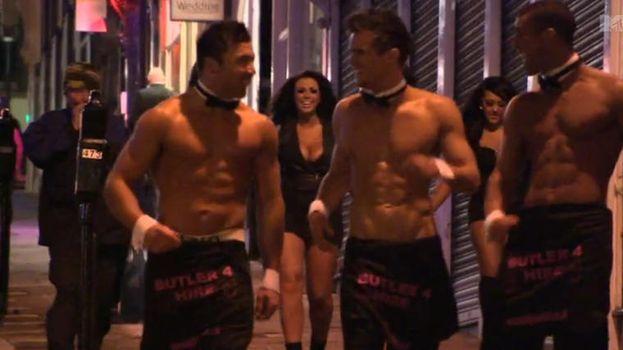 5. Vagar por la calle casualmente vestidos como mayordomos desnudos. /MTV