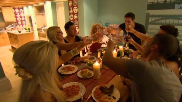 9. Los muchachos preparando una cena para tratar de cortejar a algunas chicas. /MTV