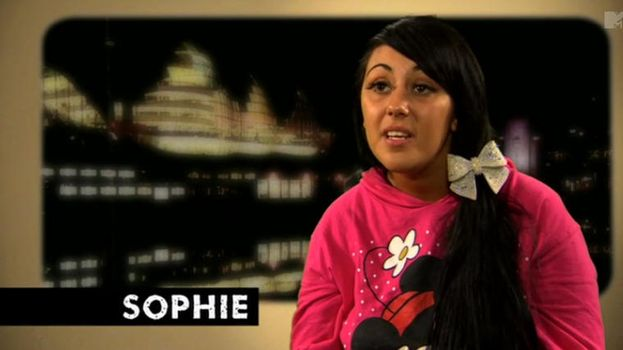 17. Sophie balanceando su sudadera de Minnie y un lazo brillante gigante. /MTV