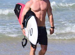 ¡A Chris Hemsworth se le da bien el surf, también…!