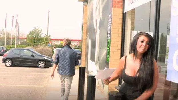 23. Holly rompiendo con su novio en el aparcamiento de una tienda de muebles. /MTV
