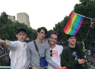 El cast de 'Por 13 razones' celebran el mes del Orgullo