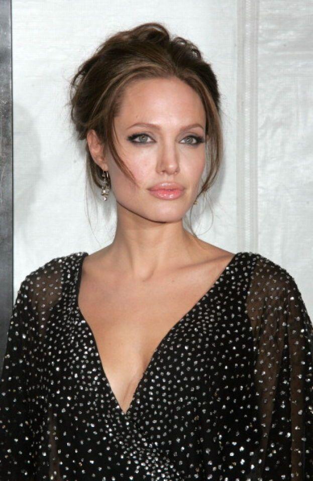 """Angelina Jolie """"medita"""" a modo suo: le basta passare un'oretta a giocare con i figli per rilassarsi."""