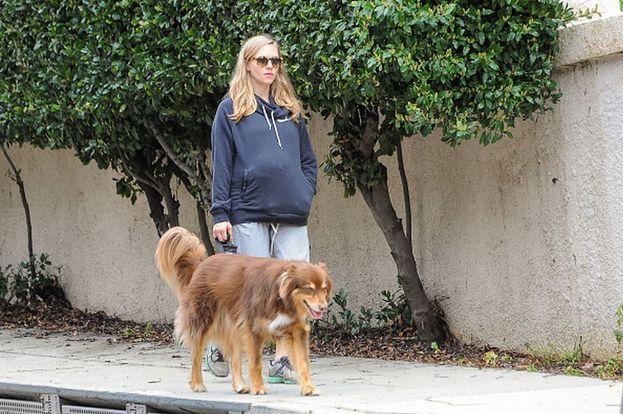 Amanda Seyfried fa una passeggiata con il suo cane Finn