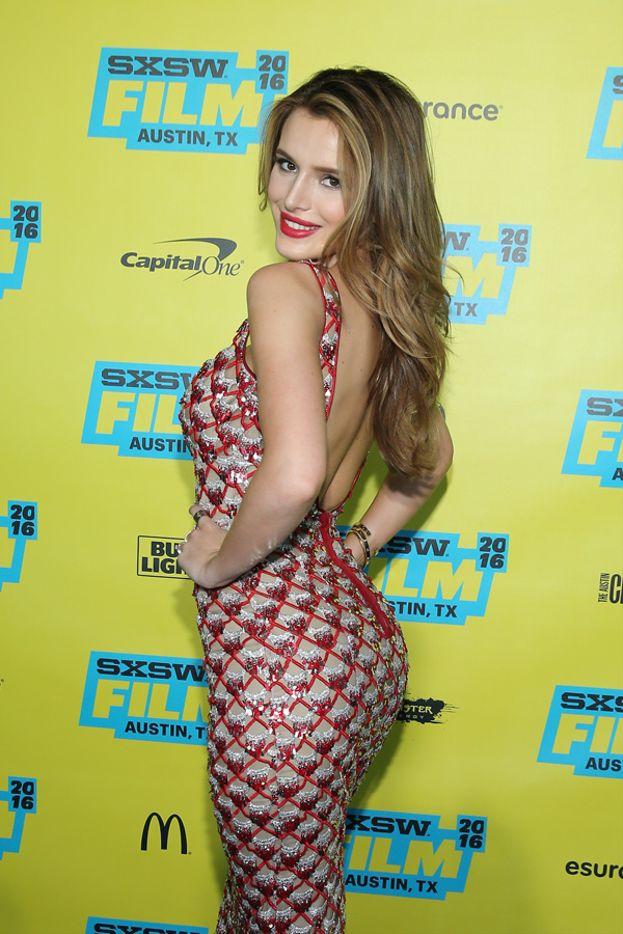 """Bella Thorne è una specialista assoluta della mossa """"sguardo sexy da sopra la spalla""""."""