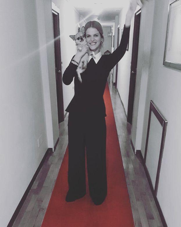 Chiara fa le prove per il red carpet in corridoio insieme all'amica Frida