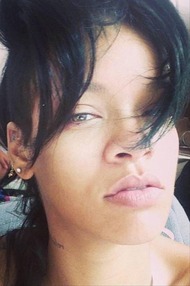 Rihanna passa il microfono a uno del pubblico e quello canta da dio. La faccia di RiRi è impagabile!