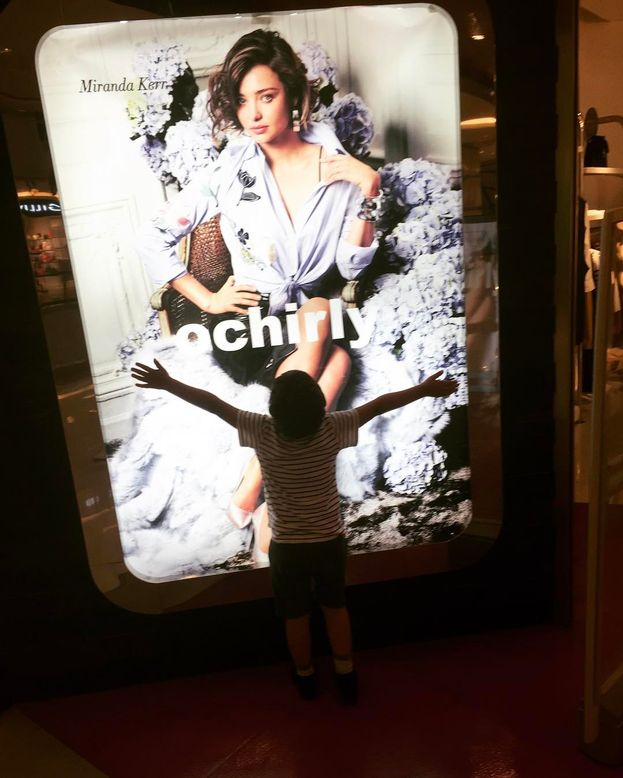 Orlando Bloom posta una foto di suo figlio che abbraccia... un poster di mamma Miranda Kerr :)
