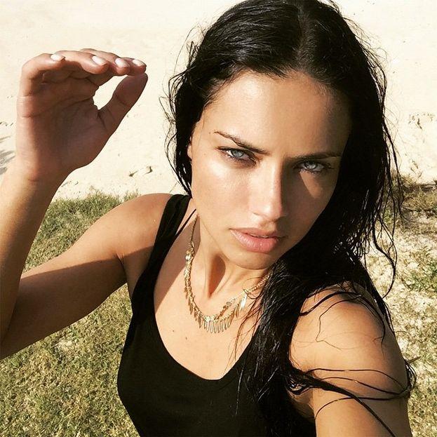 Adriana Lima - I segreti di un Angelo di Victoria's Secret: olio di cocco e di argan per capelli e corpo e maschere di avocado per i capelli.