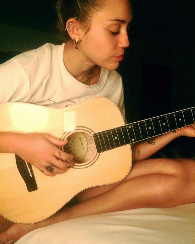 """Se fosse una persona """"normale"""" (possibile?), Miley Cyrus sarebbe una fotografa o una wedding planner."""