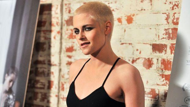 Dai e dai, spuntata dopo spuntata, era solo questione di tempo prima che Kristen Stewart arrivasse alla rasata. Biondo platino, però!