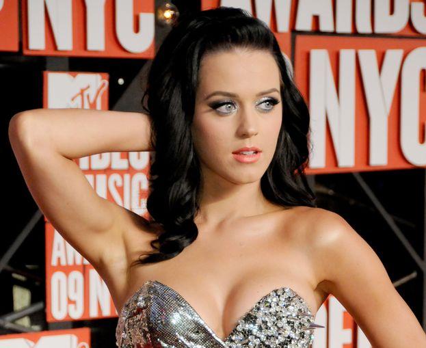 """Katy Perry oggi va fiera del suo seno esplosivo, ma quando era ragazza le sembrava troppo grosso e la faceva sentire a disagio: """"Volevo solo somigliare a Kate Moss. Allora non avevo idea che un giorno il seno mi sarebbe tornato utile""""."""