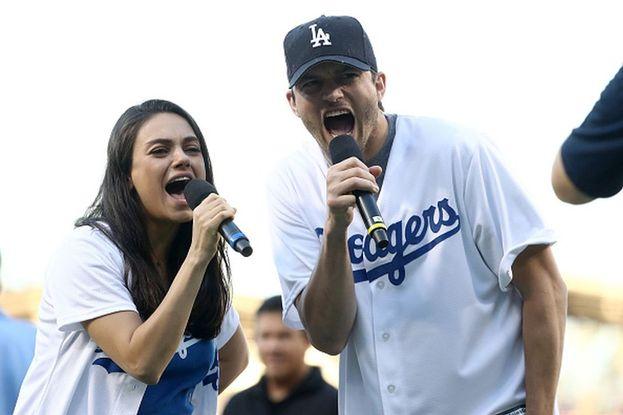 Difficile trovare una coppia più tenera: Ashton Kutcher è stato il primo amore e primo bacio (anche sullo schermo) di Mila Kunis! Oggi sono sposati e hanno due bambini