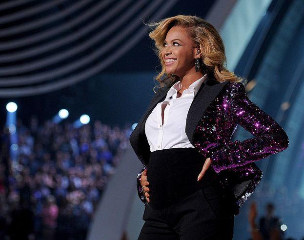 """Beyoncé, 2011. Alla fine della sua esizione (""""Love On Top""""), Beyoncé apre la giacca e mostra al mondo il pancino di mamma in attesa. E il mondo va in tilt."""