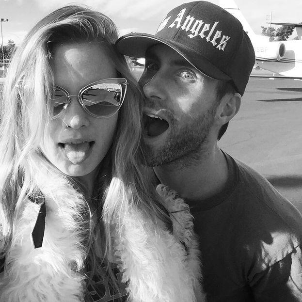 Adam Levine e Behati Prinsloo - Cominciano a uscire insieme nel 2012, poi un anno dopo rompono e lui si getta fra le braccia di un altro Angelo di Victoria's Secret (Nina Agdal). E a quel punto capisce che sta facendo una cavolata, torna in ginocchio da Behati, si fidanzano e si sposano nel 2014.