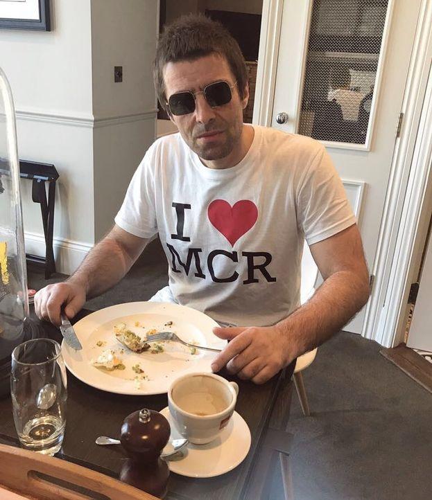 """Liam Gallagher non va per il sottile (in famiglia fanno così): """"Preferisco fare un autografo che una foto. Fare le foto è un f*****o lavoraccio. Preferisco stringere la mano e dare un f*****o abbraccio""""."""
