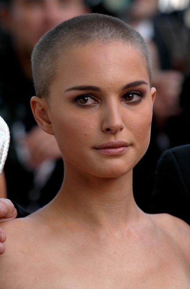 """Natalie Portman si era fatta rasare i capelli in una scena di """"V per Vendetta"""". E quasi quasi stava meglio che con i capelli lunghi!"""