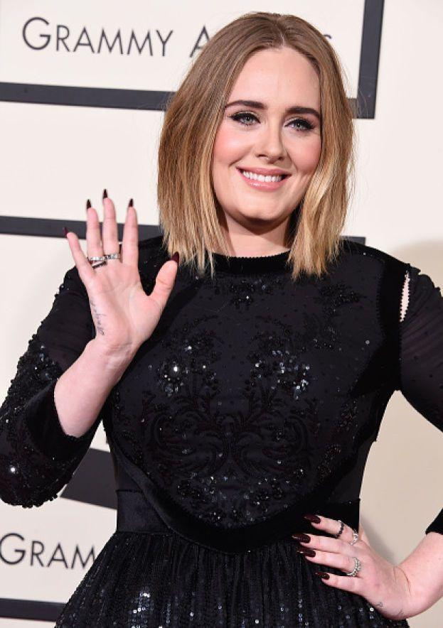 Adele ha un vizio un po' schifoso: si ficca le dita nel naso a caccia di caccole, e fa lo stesso anche con suo figlio O_O