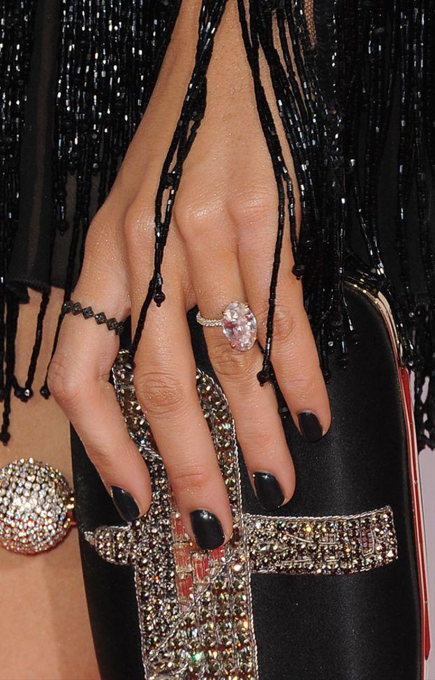 Blake Lively ha ricevuto da Ryan Reynolds un anello con diamante ovale da 12 carati e 2,5 milioni di dollari.