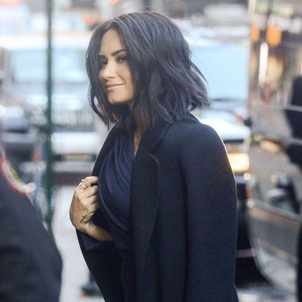 """Demi Lovato - Il testo di """"Cool For the Summer"""" parla di un flirt fra ragazze. Quando le hanno chiesto se voleva farci intendere qualcosa, Demi ha risposto: """"Non confermo e non smentisco. Tutte le mie canzoni si basano su esperienze personali. Non penso che ci sia nulla di sbagliato nella voglia di sperimentare"""". Insomma, non una rivelazione esplicita, ma lei non è una che ama farsi etichettare."""