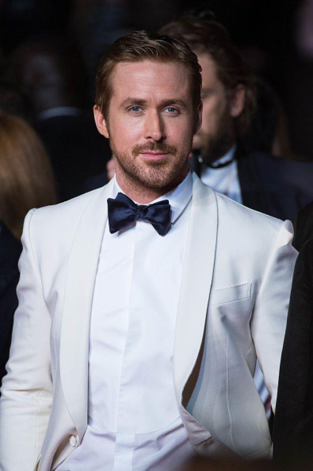 """Un bel giorno, alle elementari, Ryan Gosling si è presentato in classe con un set di coltelli da bistecca e si è messo a lanciarli ai compagni. Si era fatto prendere la mano un po' troppo dopo aver visto """"Rambo"""". Lo hanno ovviamente sospeso e non ha mai più fatto nulla di simile."""