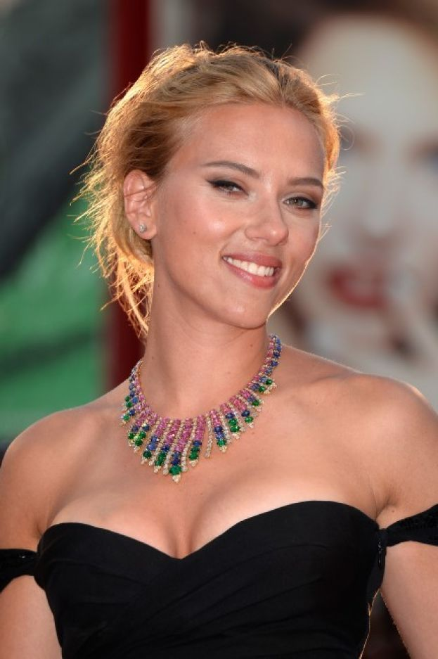 Scarlett Johansson - Per una pelle liscia come una pesca, Scarlett si deterge con l'aceto di vino. Ma con moderazione, per evitare irritazioni.