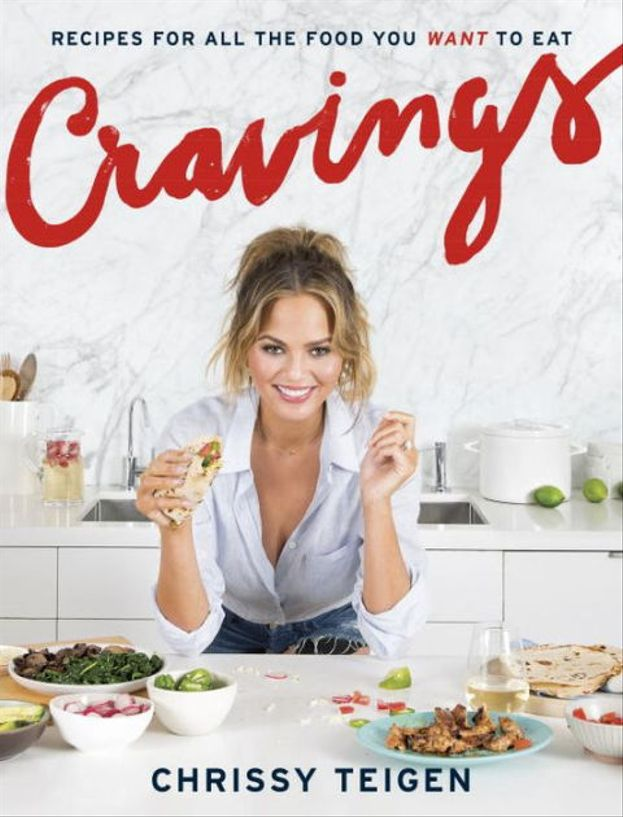 "Chrissy Teigen ama cucinare e ha pure pubblicato un libro di ricette facili e gustose, ""Cravings: Recipes for All the Food You Want to Eat""."