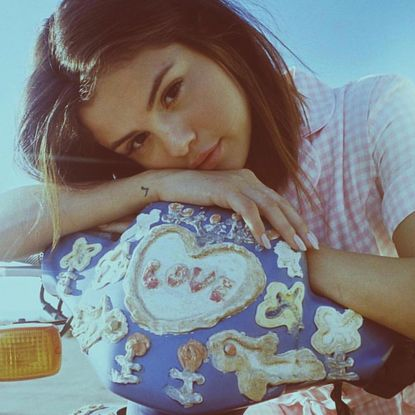 Dramma, tragedia, disastro: Selena Gomez, la regina di Instagram, smette di postare le sue foto da milioni di like nell'agosto 2016, prendendosi una pausa dai social e dal lavoro per dedicarsi a curare il lupus. Torna a novembre e tutti tirano un sospiro di sollievo.