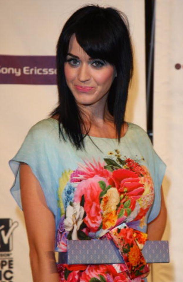 """Katy Perry - Sorvoliamo sul primissimo disco del 2001, """"Katy Hudson"""", che non nota nessuno. La Katy come la conosciamo oggi esplode nel 2008 con """"One Of The Boys"""", l'album che contiene """"I Kissed A Girl"""" e """"Hot N Cold""""."""
