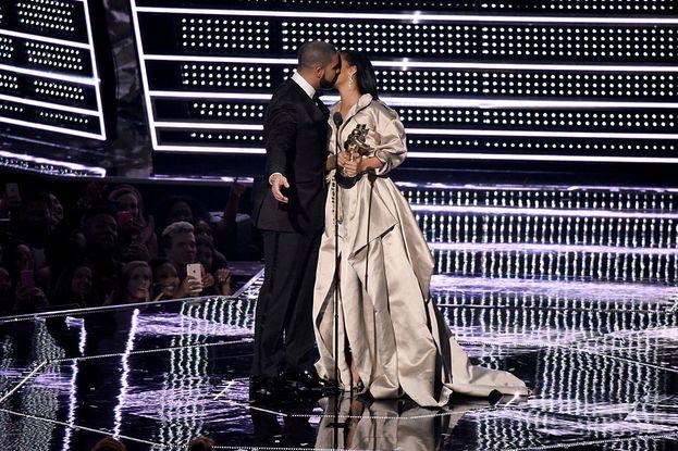 Drake consegna a Rihanna il Michael Jackson Video Vanguard Award, e già che c'è riesce a strapparle il bacio che sognava da anni. Che carini!