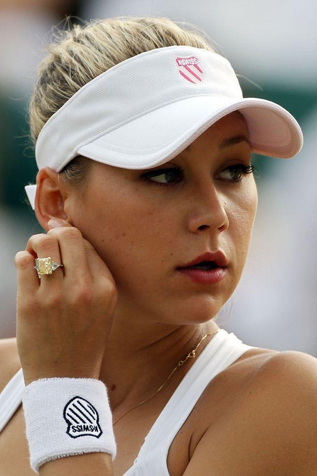 Enrique Iglesias non ha badato a spese per la sua Anna Kournikova: le ha donato ben due anelli, un diamante rosa tagliato a pera da 2,5 milioni di dollari e poi un diamante giallo da 11 carati, pure lui del valore di 2,5 milioni di dollari.