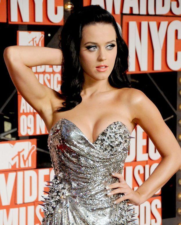 """Katy Perry: """"L'unico esercizio che faccio volentieri è un po' di trekking con le mie amiche. Quando invece c'è qualcuno che mi spinge ad allenarmi perché ne ho bisogno, ecco, non ce la faccio. Mi alleno, ma non mi piace""""."""