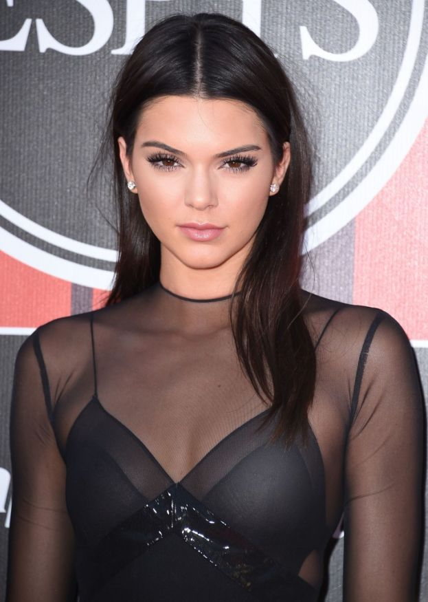 Per rilassarsi Kendall Jenner fa due cose: 1) ascolta un po' di musica e 2) parla con sua sorella Kourtney, che a quanto pare in famiglia è quella saggia.
