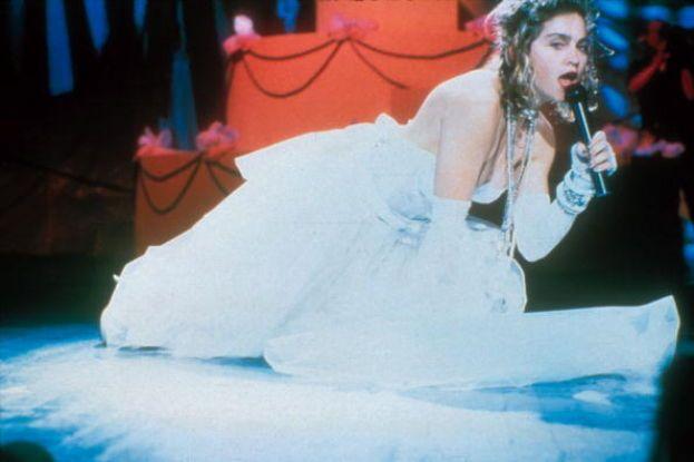 """Madonna, 1984. La prima edizione dei VMA è già indimenticabile grazie allo show di Madonna, che canta """"Like A Virgin"""" vestita con un abito da sposa sexy. Scandalo (per quei tempi)!"""