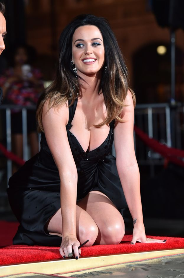 2015: Katy lascia l'impronta delle mani davanti al Chinese Theatre di Hollywood, e già che c'è regala anche un panorama mozzafiato dei suoi ;)