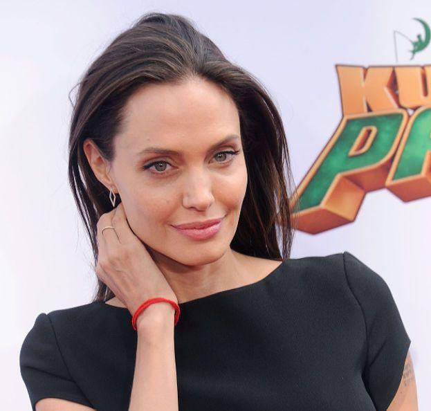 Angelina Jolie al liceo era la punk, quella strana, se ne stava per i fatti suoi e i compagni le giravano alla larga. E chi l'avrebbe detto? ;)