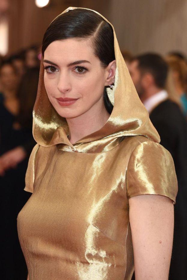 Anne Hathaway – Va al mare come tutti (ci sono diversi suoi scatti in bikini in Rete), ma in compenso non esistono foto nelle quali si vede un'ombra di abbronzatura. Evidentemente non è una di quelle che ama arrostirsi al sole.