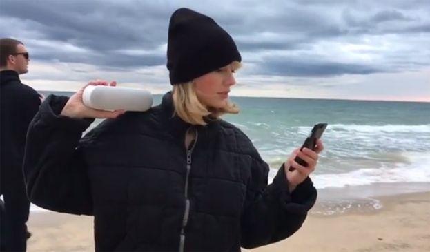 Ci ricorderemo il 2016 come l'anno della mannequin challenge. Taylor Swift e amici l'hanno fatta on the beach.