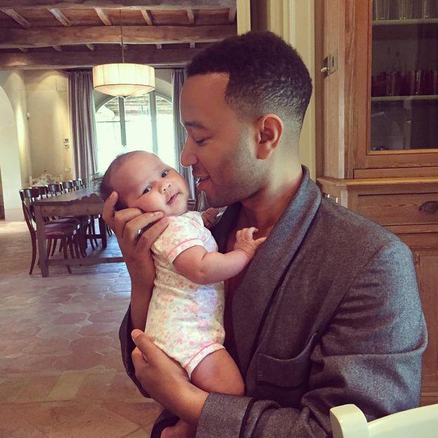 John Legend e la piccola Luna Simone, arrivata ad aprile 2016. Guardali: non sono adorabili?