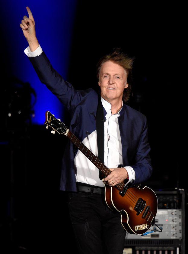 La più celebre cospirazione della storia della musica. Secondo una teoria ancora viva, Paul McCartney sarebbe morto nel 1966 e sarebbe stato rimpiazzato da un sosia.