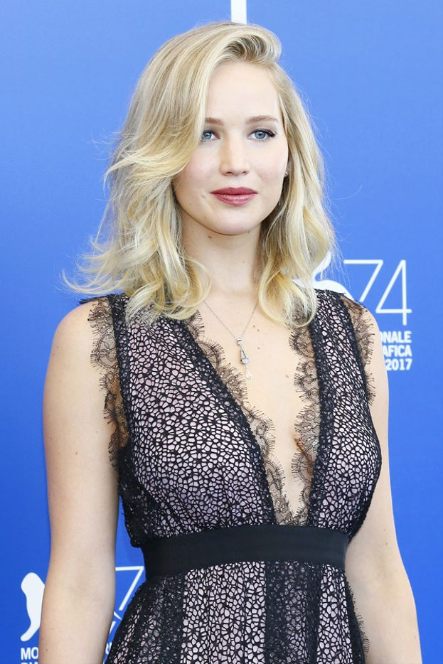 Per il photocall e la conferenza stampa Jennifer tira fuori un altro abito da invidia.