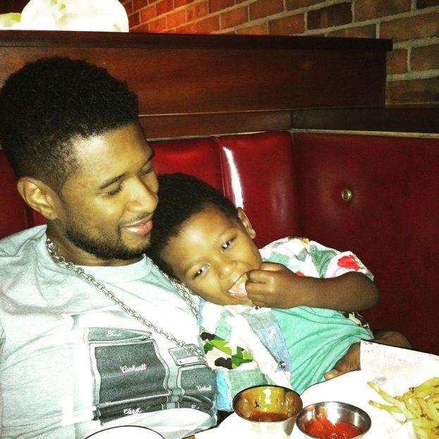 Una delle voci (e non solo) più sexy dello showbiz, Usher a casa si coccola due bambini: Usher Raymond V e Naviyd Ely.