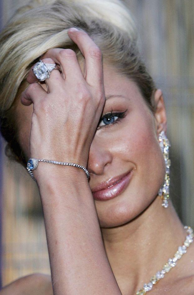 Chris Zylka ha chiesto la mano di Paris Hilton con un anello da 2 milioni di dollari. Non è il primo anello di fidanzamento milionario della socialite: nel 2005, quando stava con Paris Latsis, sfoggiava un brillatone da 4,7 milioni O_O