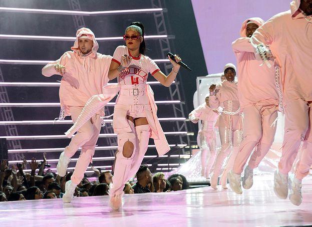 Rihanna ha regalato una doppia esibizione semplicemente spettacolare: cambi d'abito, scenografie impressionanti, effetti speciali a go-go.