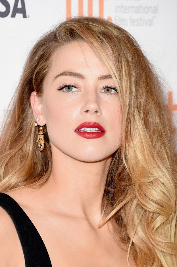"""Partiamo dal primo studio: un chirurgo plastico inglese ha analizzato le proporzioni dei volti delle star e li ha rapportati alla """"sezione aurea"""", un valore che secondo i Greci era indice di perfezione e bellezza.  Quella che si avvicina di più a questo valore è Amber Heard, la favolosa ex di Johnny Depp, con un punteggio di 91,85%. Amber ha anche il naso e il mento più belli del mondo."""