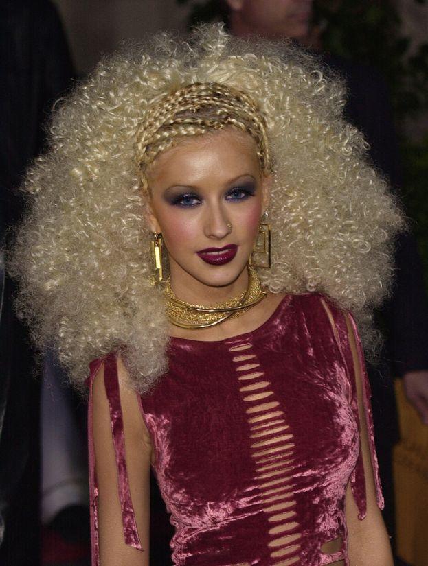 Christina Aguilera afro-bionda nel 2001
