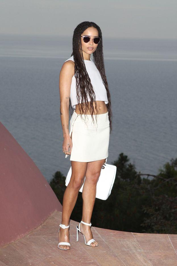 Zoë Kravitz, la bellissima figlia di Lenny e di Lisa Bonet, punta forte sulle gambe.